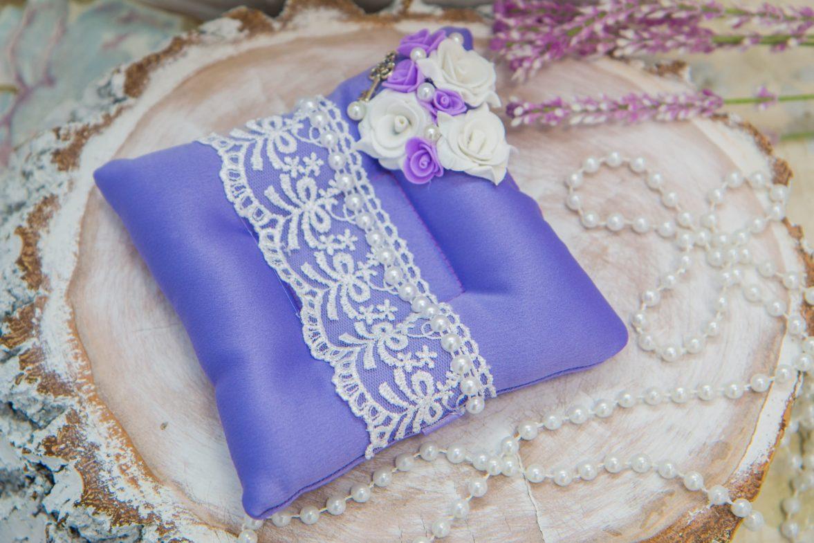Лавандовая подушечка для колец с отделкой кружевом и цветочными бутонами.