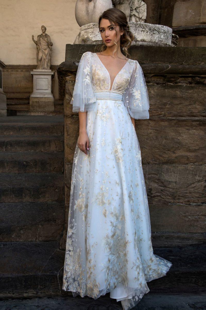 Свадебное платье с кремовой отделкой и оригинальным пышным рукавом.
