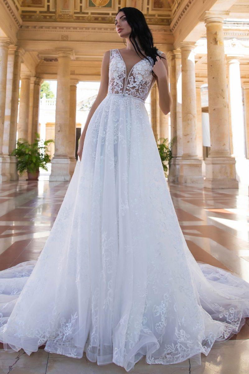 Свадебное платье с глубоким вырезом и нежной кружевной отделкой.