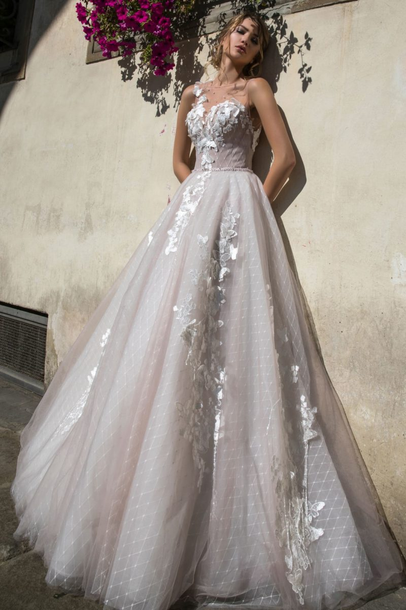 Пышное свадебное платье с открытой спинкой и роскошным объемным декором.