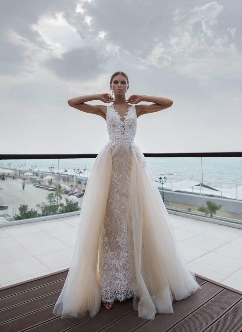 Бежевое свадебное платье с роскошным многослойным шлейфом.