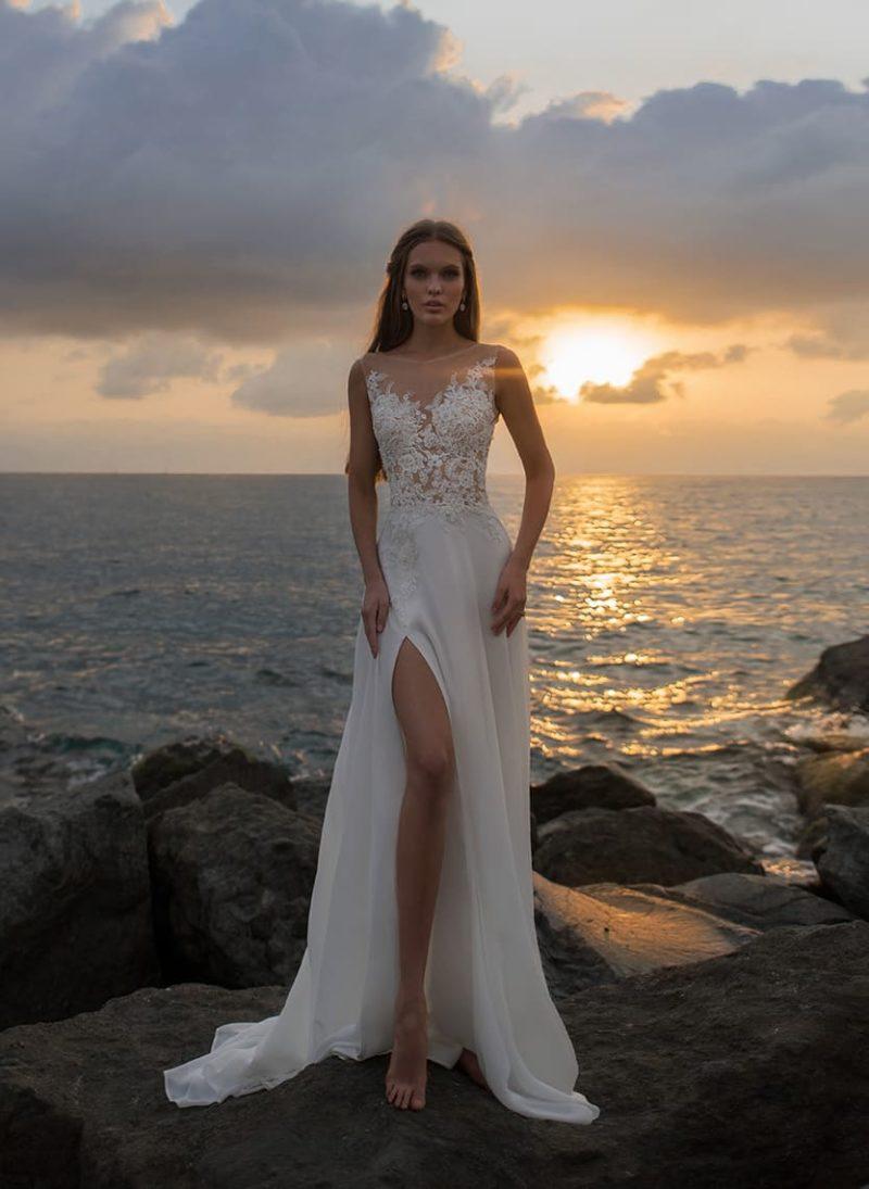 Соблазнительное свадебное платье прямого кроя с разрезом по подолу.