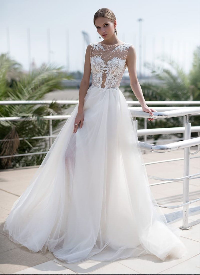 Воздушное свадебное платье с полупрозрачным лифом, украшенным вышивкой.