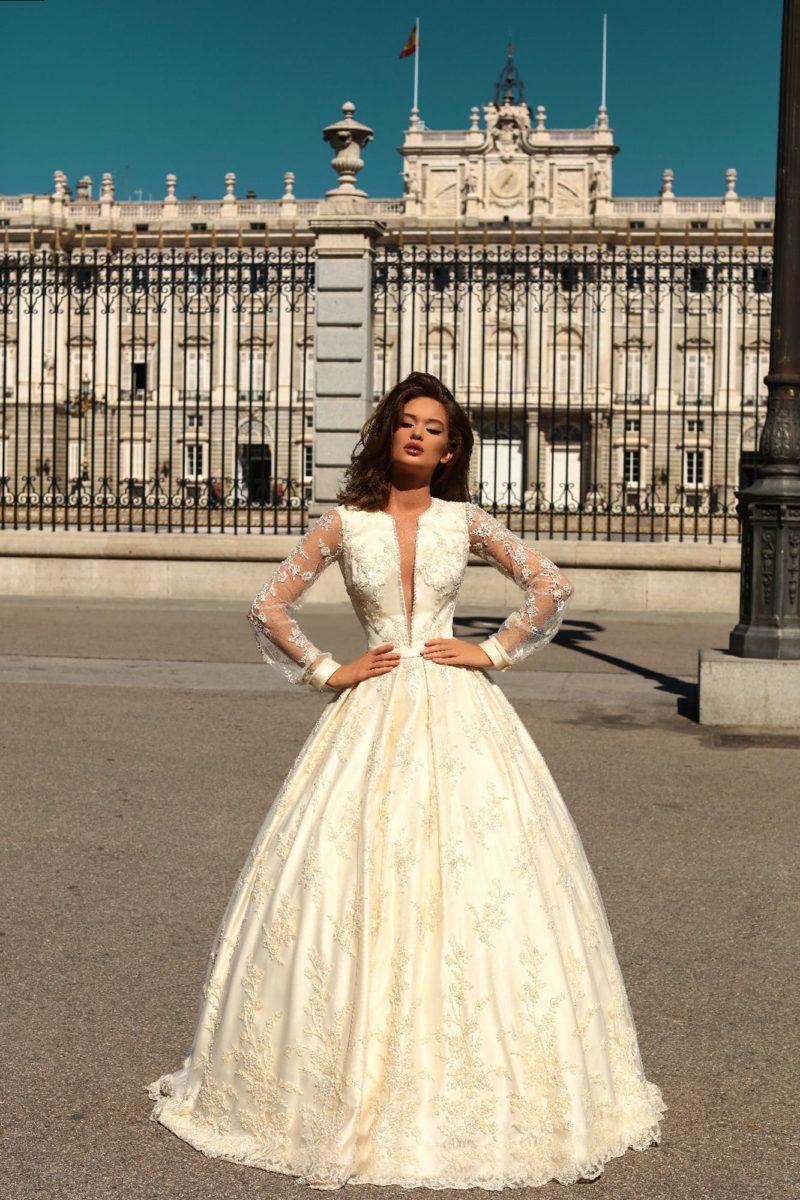 Кремовое свадебное платье пышного силуэта с роскошным поясом.