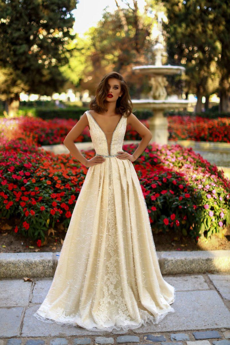 Пышное свадебное платье золотистого цвета с глубоким вырезом декольте.