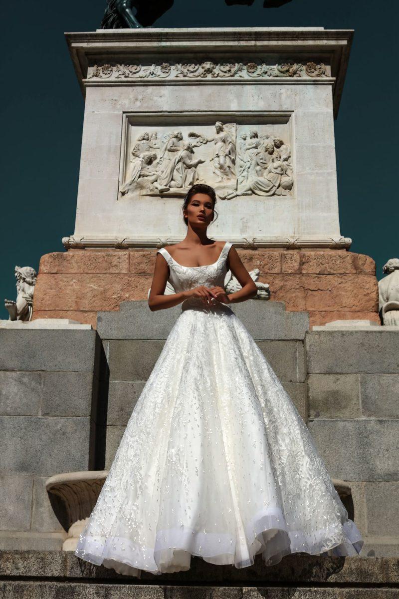 Свадебное платье с атласным лифом и кружевной отделкой по юбке.