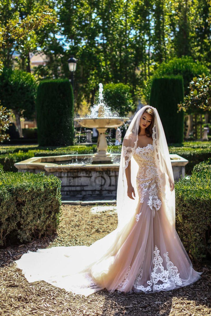 Бежевое свадебное платье «русалка» с белоснежной кружевной отделкой.