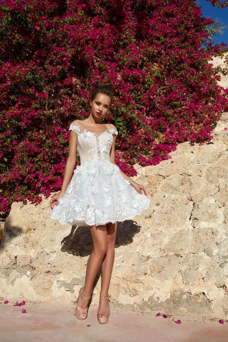 Короткое свадебное платье с объемной отделкой и открытым лифом.