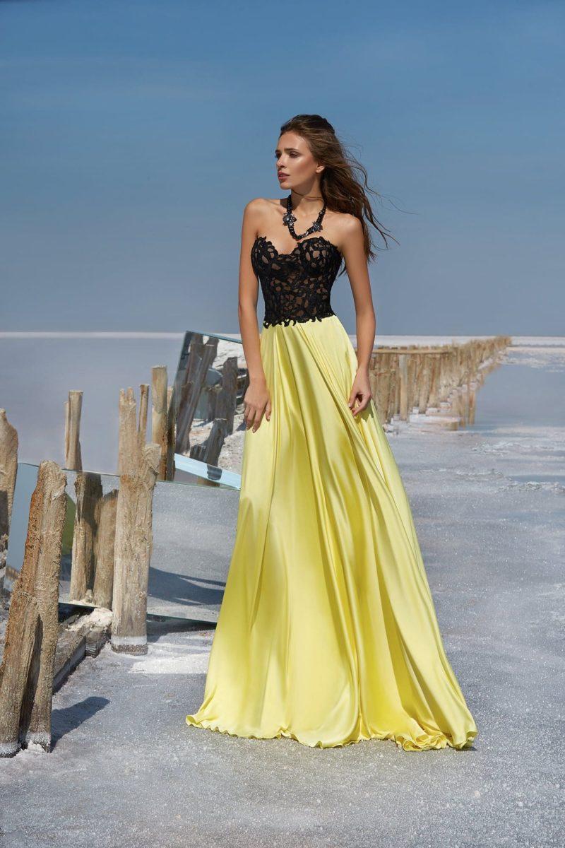 Вечернее платье с черным кружевным корсетом и желтой юбкой в пол.