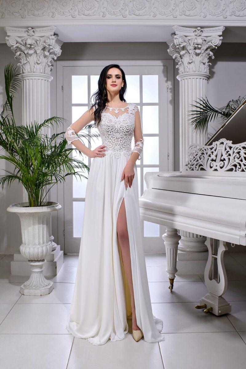 Свадебное платье прямого кроя с длинным полупрозрачным рукавом.