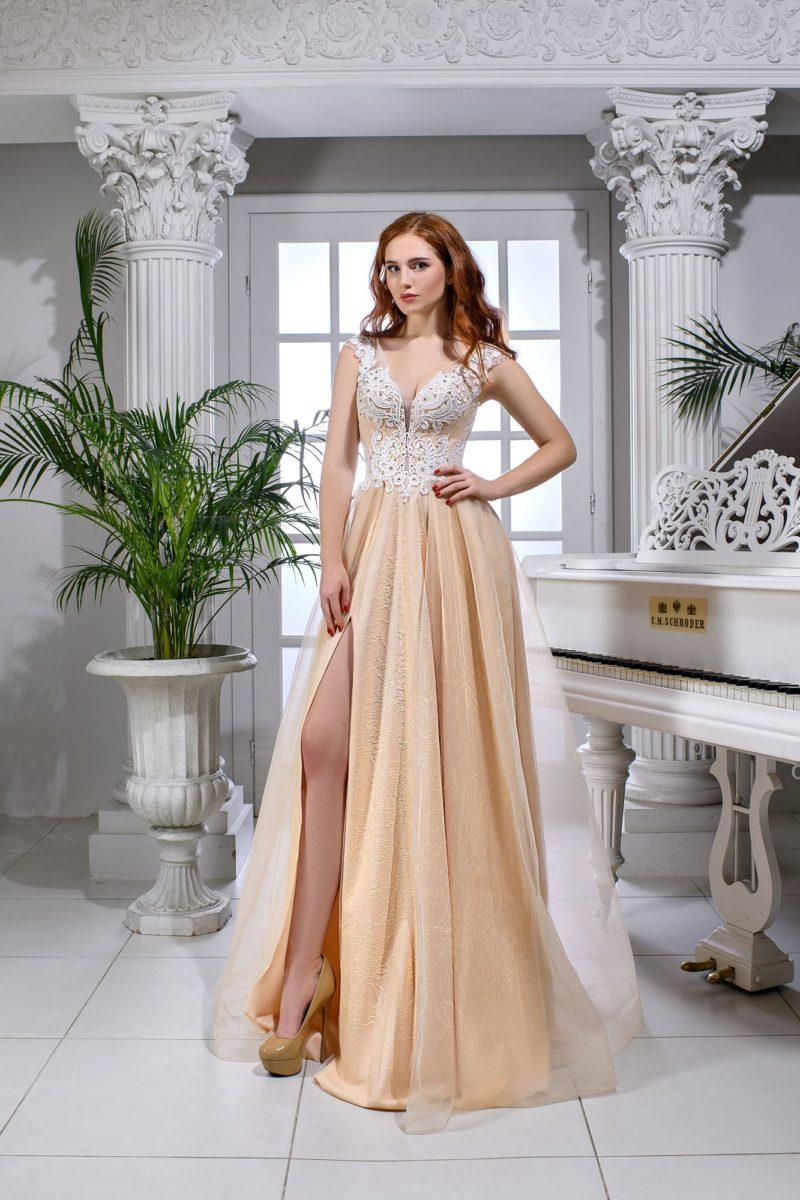 Свадебное платье персикового цвета с выразительным белым кружевом.