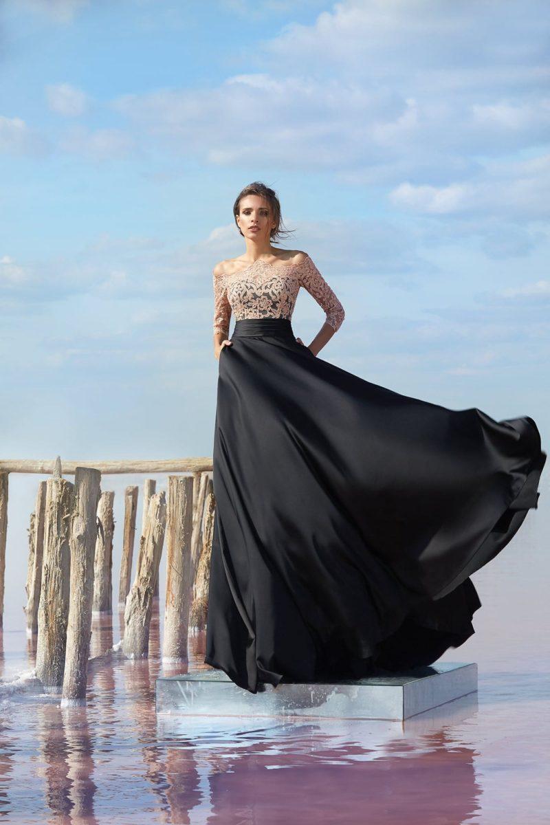 Черное вечернее платье прямого кроя с бежевым кружевным верхом с рукавом.