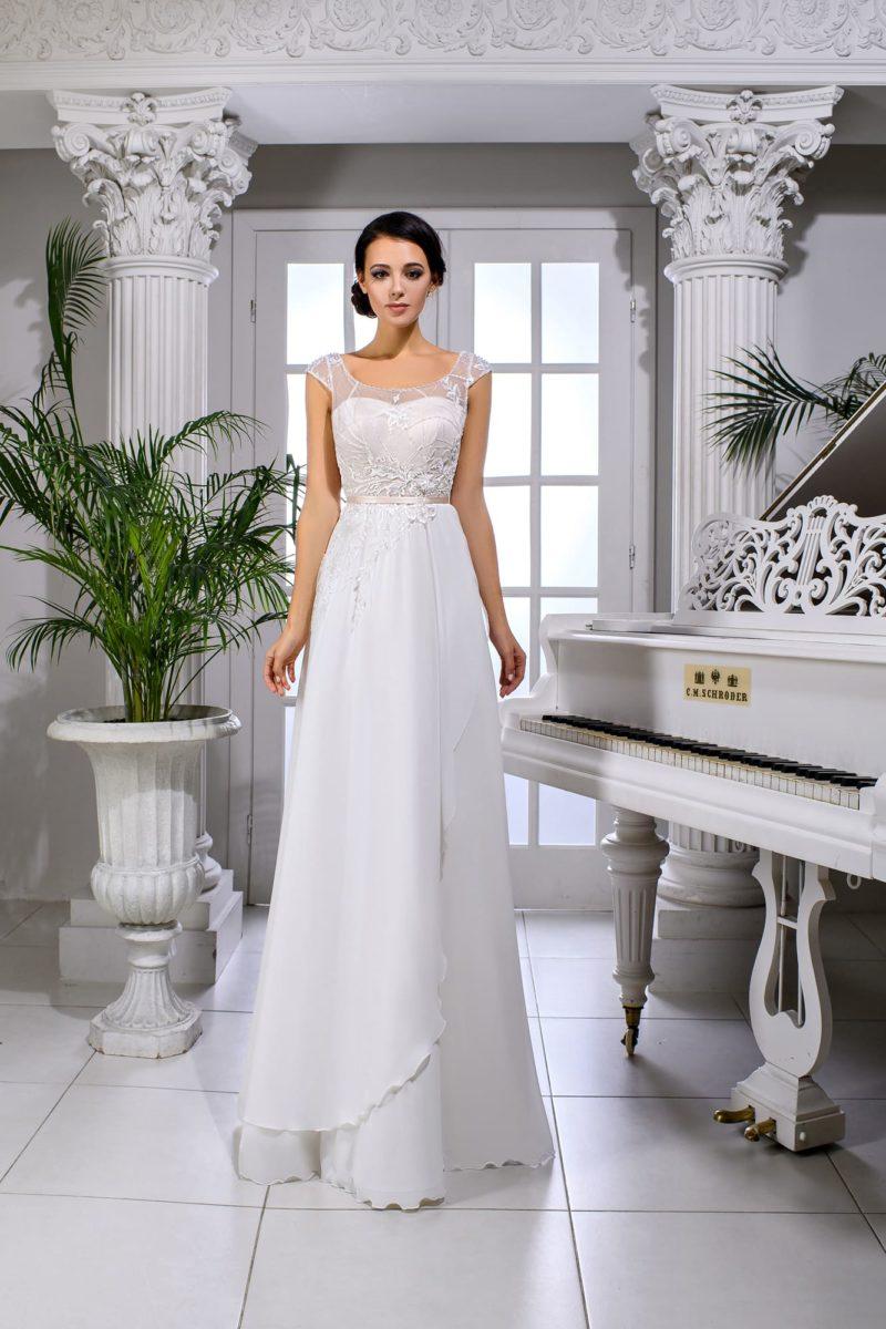 Прямое свадебное платье с открытой спинкой и узким поясом.