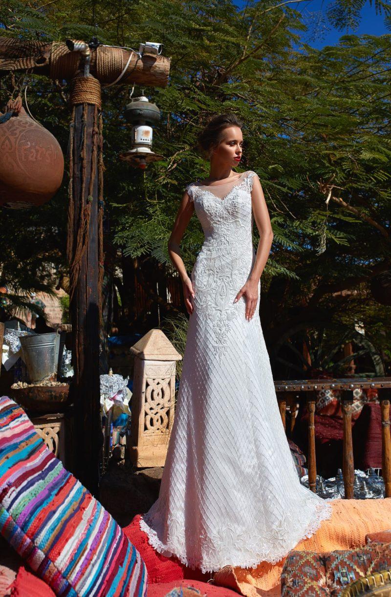 Элегантное свадебное платье с коротким рукавом и фактурной отделкой.