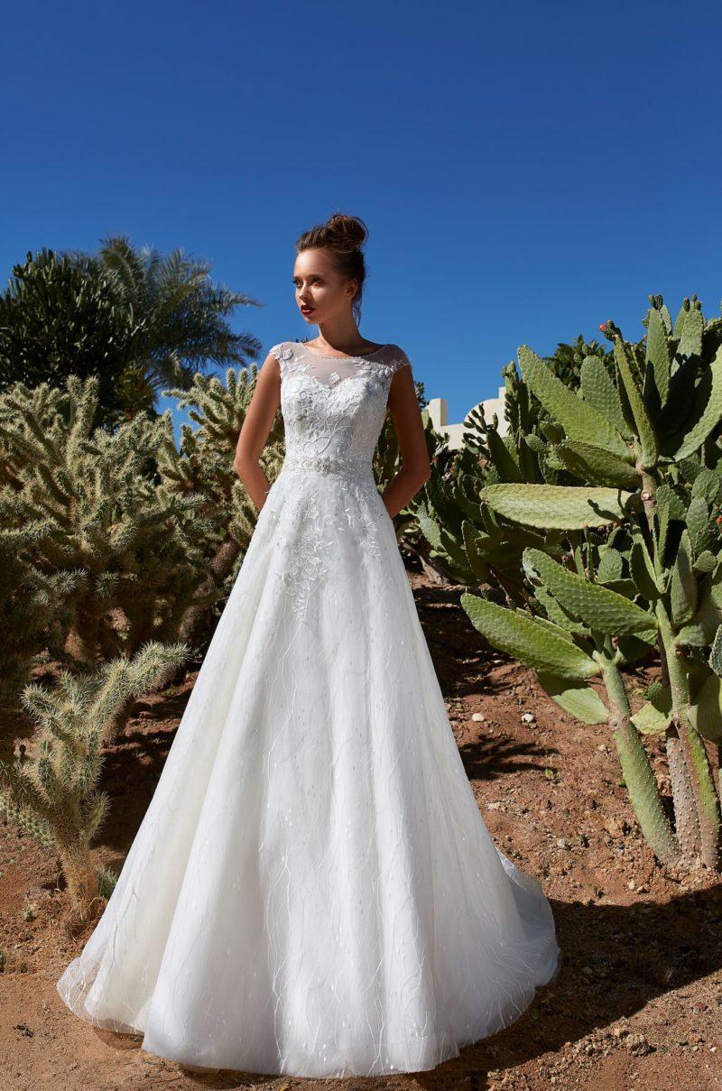 Свадебное платье с коротким рукавом и царственным шлейфом сзади.
