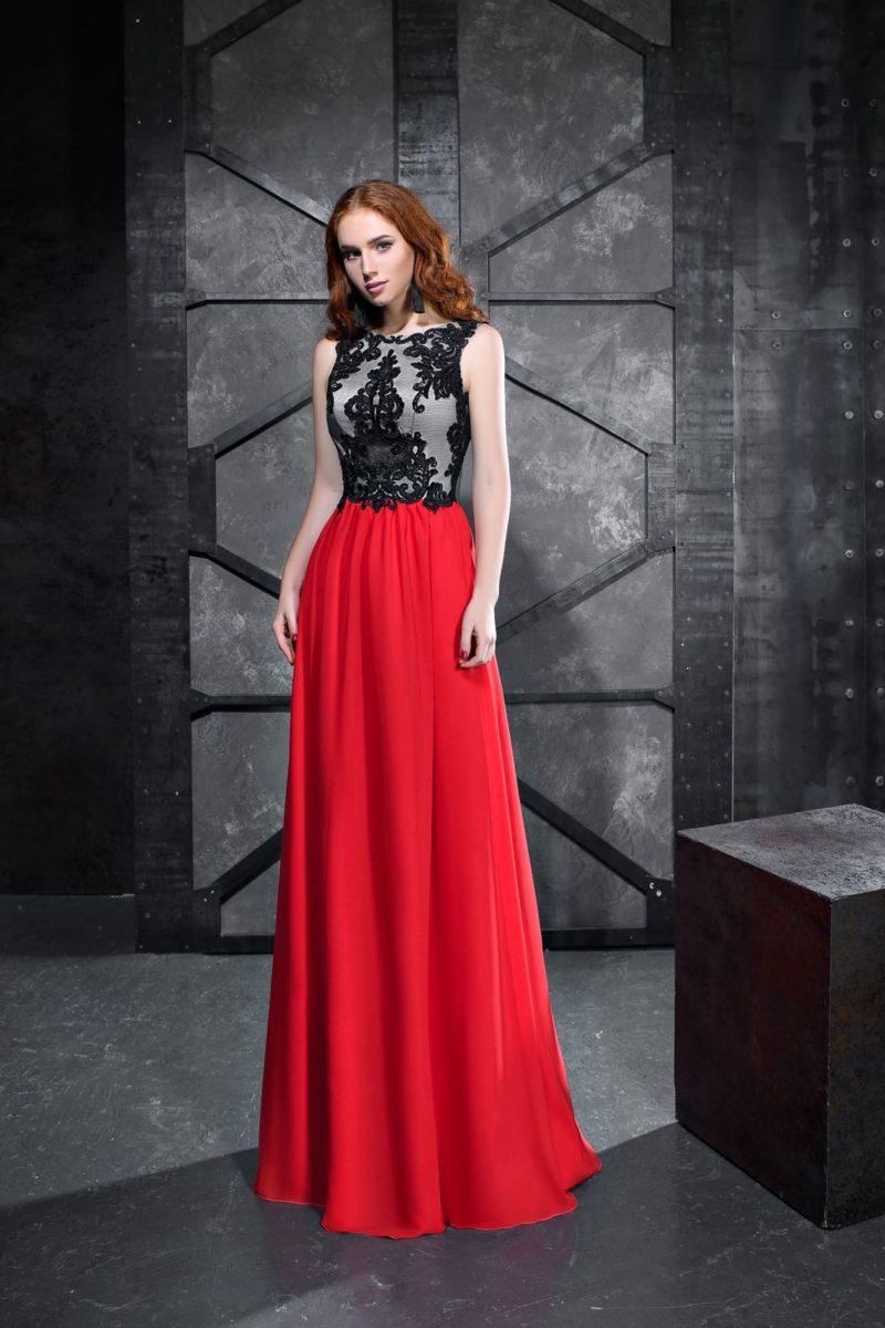 Вечернее платье с серым лифом и алой юбкой длиной в пол.