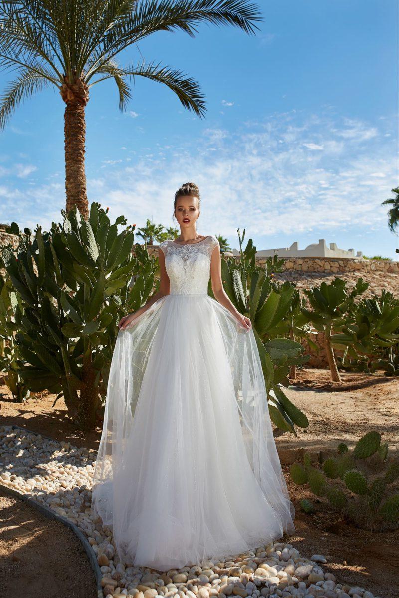 Свадебное платье с многослойным шлейфом и открытой спинкой.
