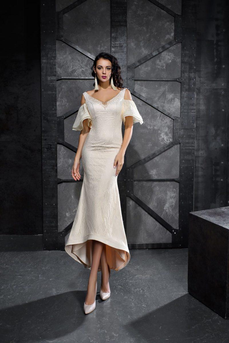 Бежевое вечернее платье длины миди с рукавами-воланами.