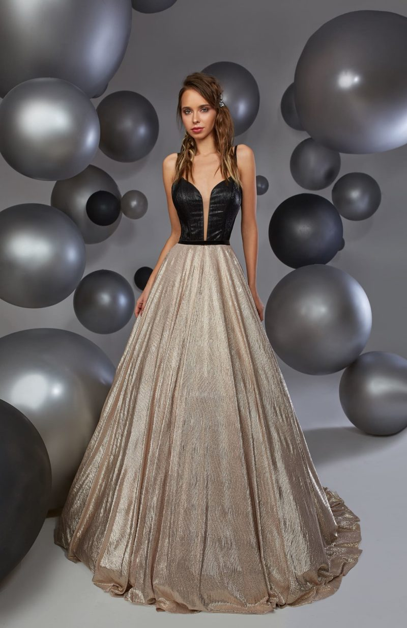 Открытое вечернее платье с черным лифом и пышной золотистой юбкой.