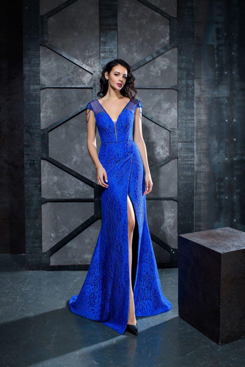 Синее вечернее платье с кружевной отделкой и открытой спинкой.