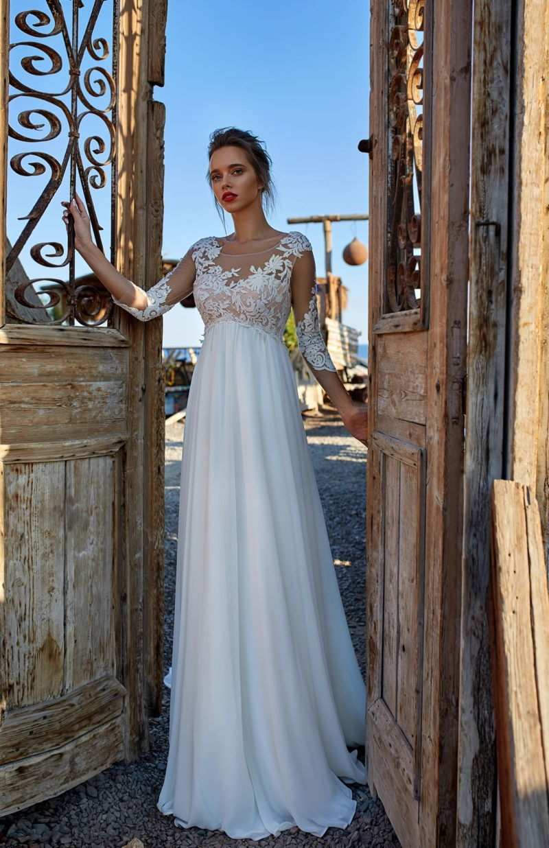 Греческое свадебное платье с завышенной талией и тонким рукавом.
