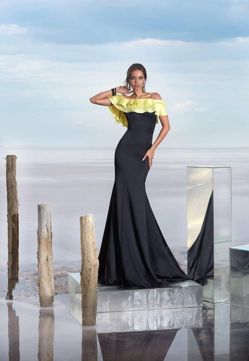 Открытое вечернее платье черного цвета с яркой желтой оборкой на лифе.
