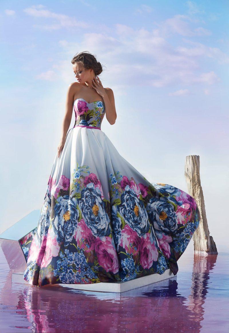 Открытое вечернее платье с пышной юбкой и стильным рисунком на ткани.