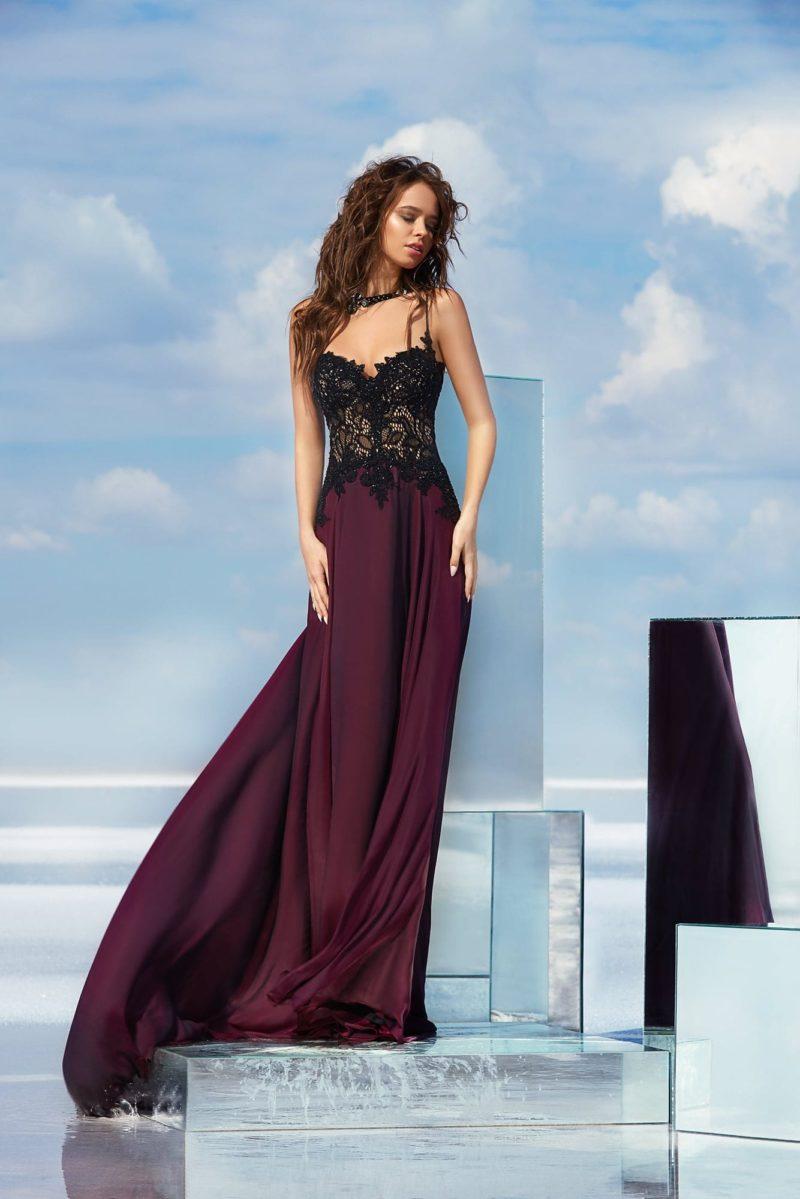 Фиолетовое вечернее платье прямого кроя с черным кружевным корсетом.