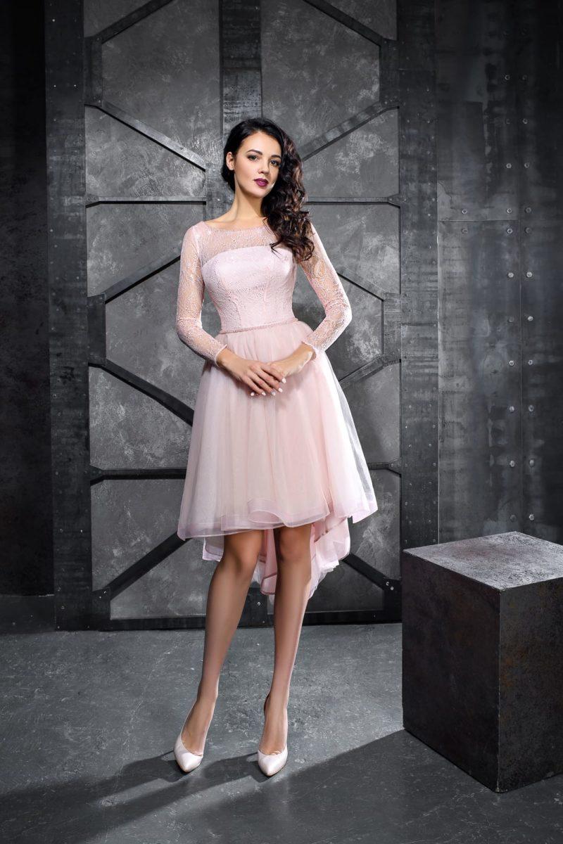 Розовое вечернее платье с асимметричным подолом и длинным рукавом.