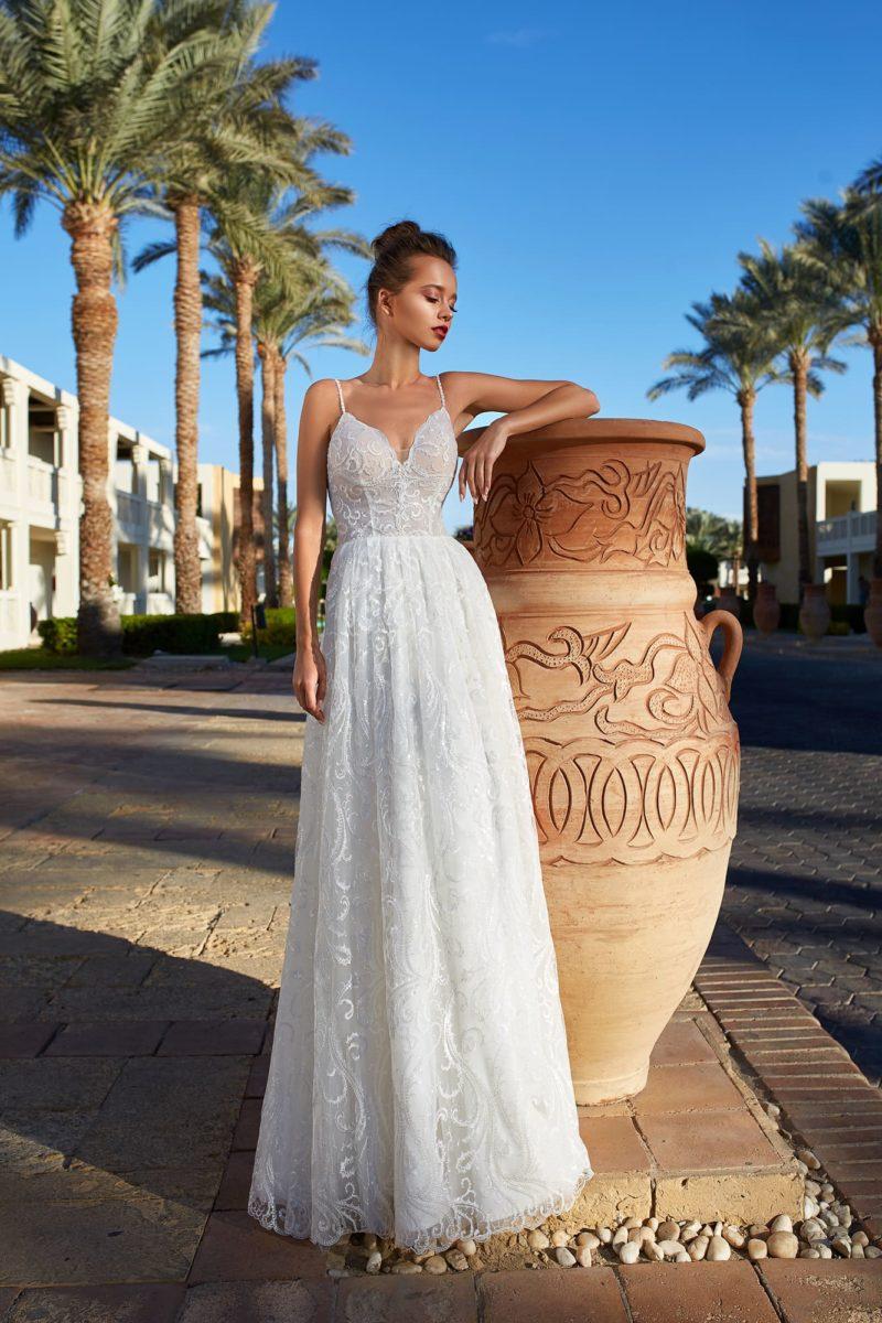 Прямое свадебное платье с лаконичным открытым лифом.