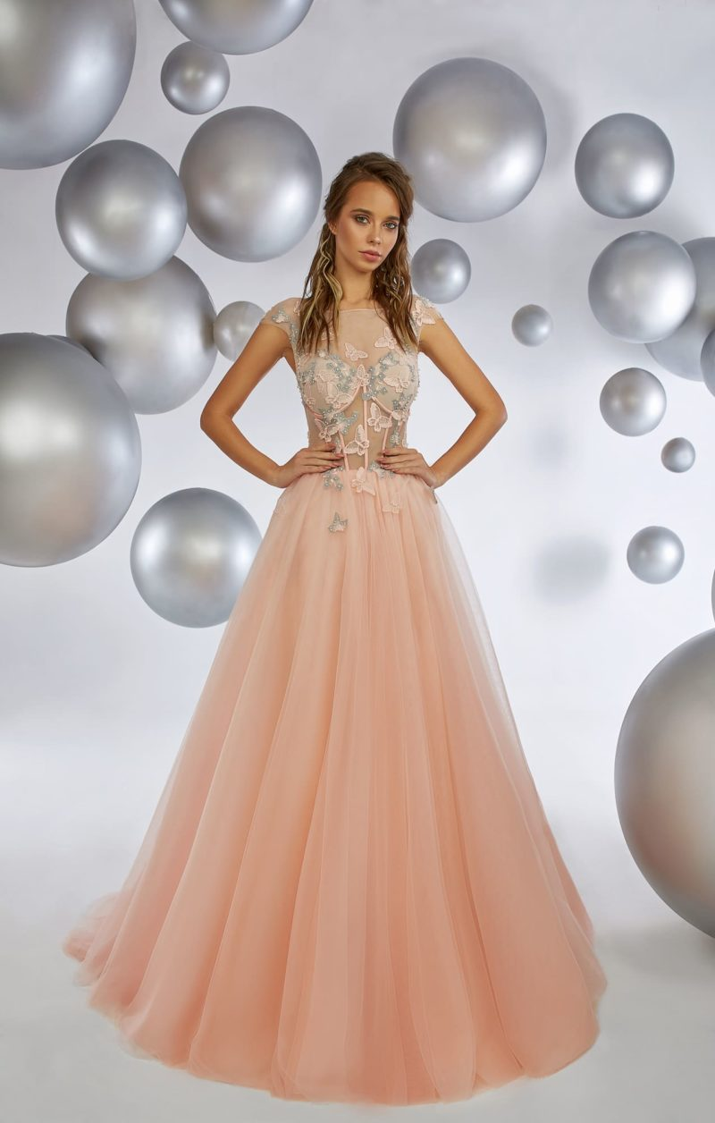 Персиковое вечернее платье с воздушной юбкой и полупрозрачным верхом.