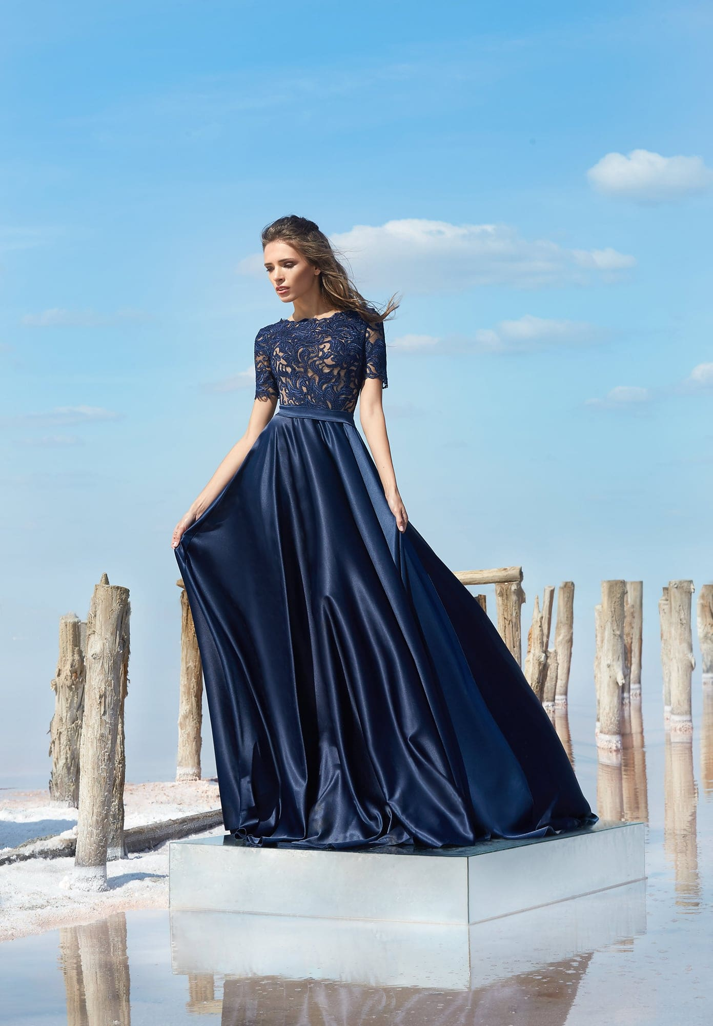 88a3ab3dea524fc Темно-синее вечернее платье с закрытым кружевным лифом с коротким рукавом.
