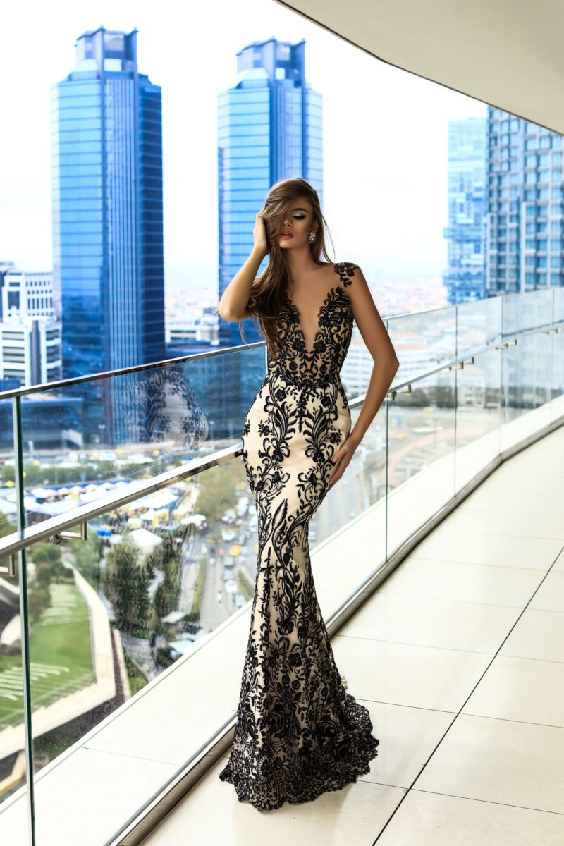 Облегающее вечернее платье с открытой спинкой и контрастным кружевным декором.