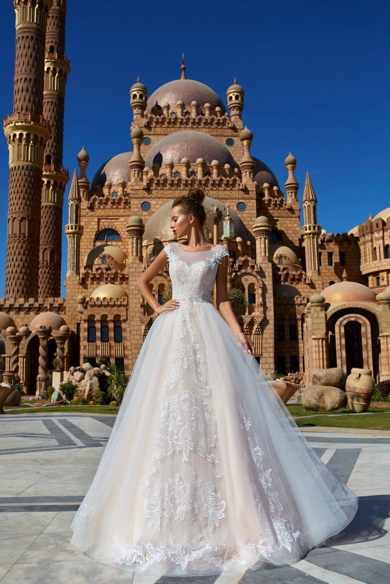 Воздушное свадебное платье с крупными аппликациями и вставкой на лифе.
