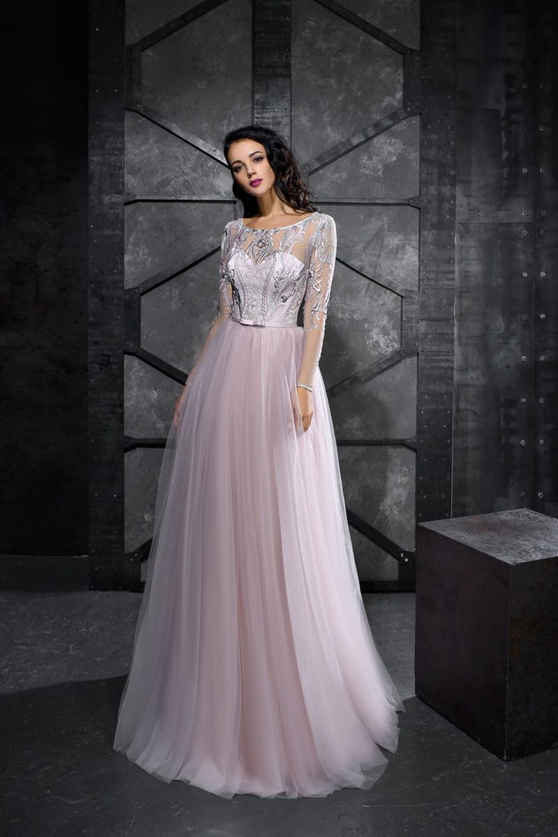Лавандовое вечернее платье с многослойной юбкой длиной в пол.