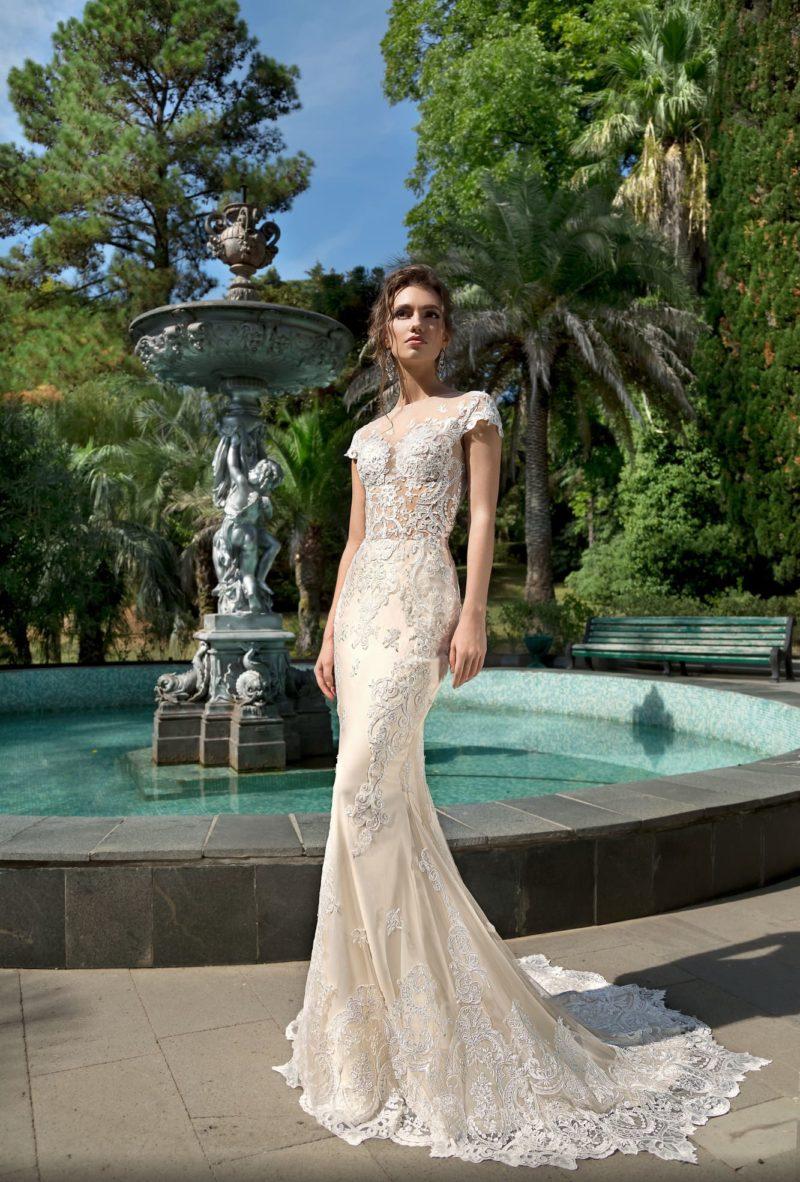 Кремовое свадебное платье «русалка» с изысканной кружевной отделкой.