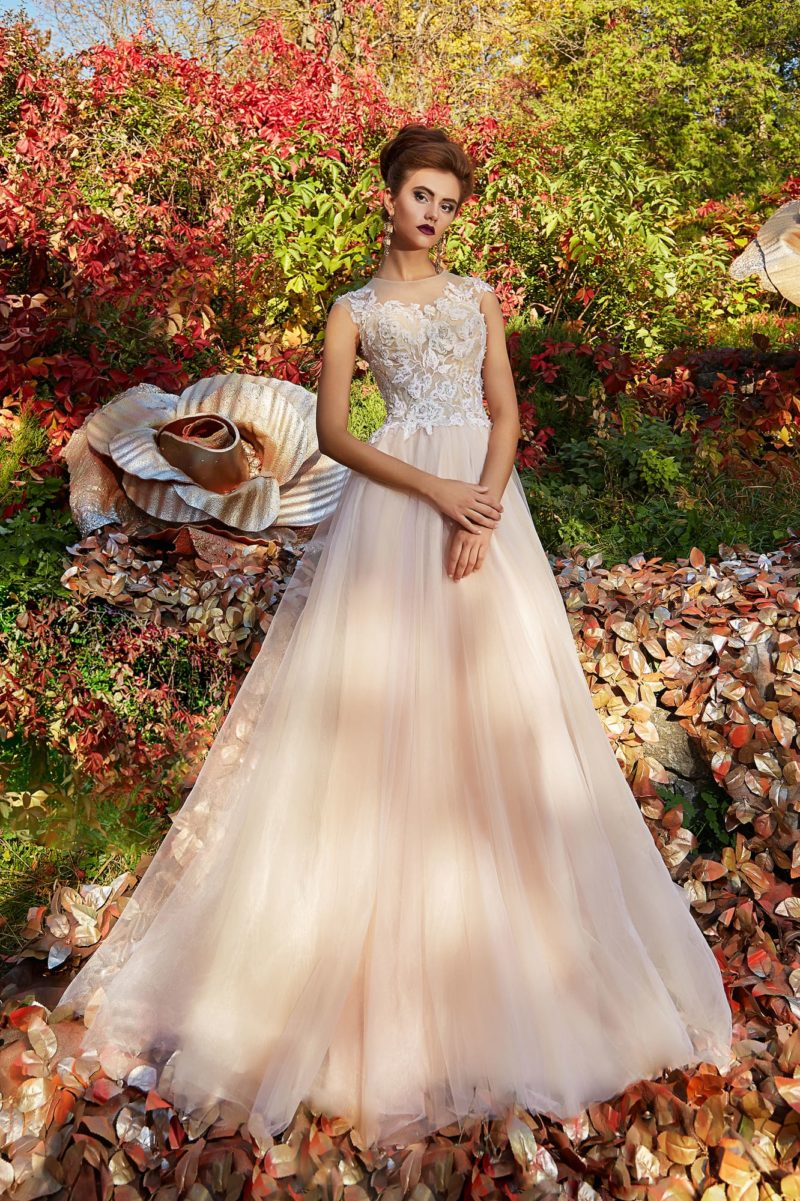 Розовое вечернее платье с юбкой в пол и кружевным декором лифа.
