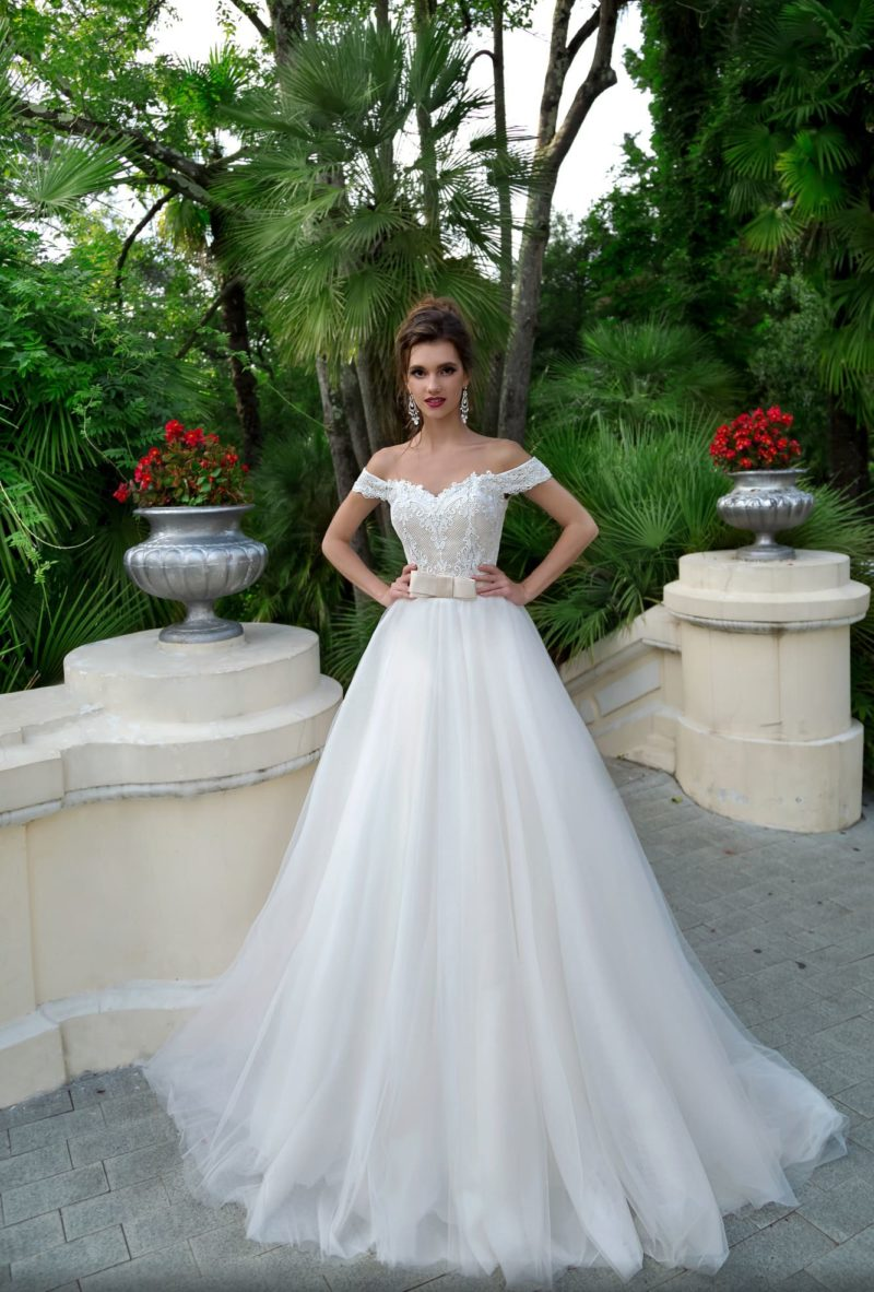 Чарующее свадебное платье с пышной юбкой и широким поясом на талии.