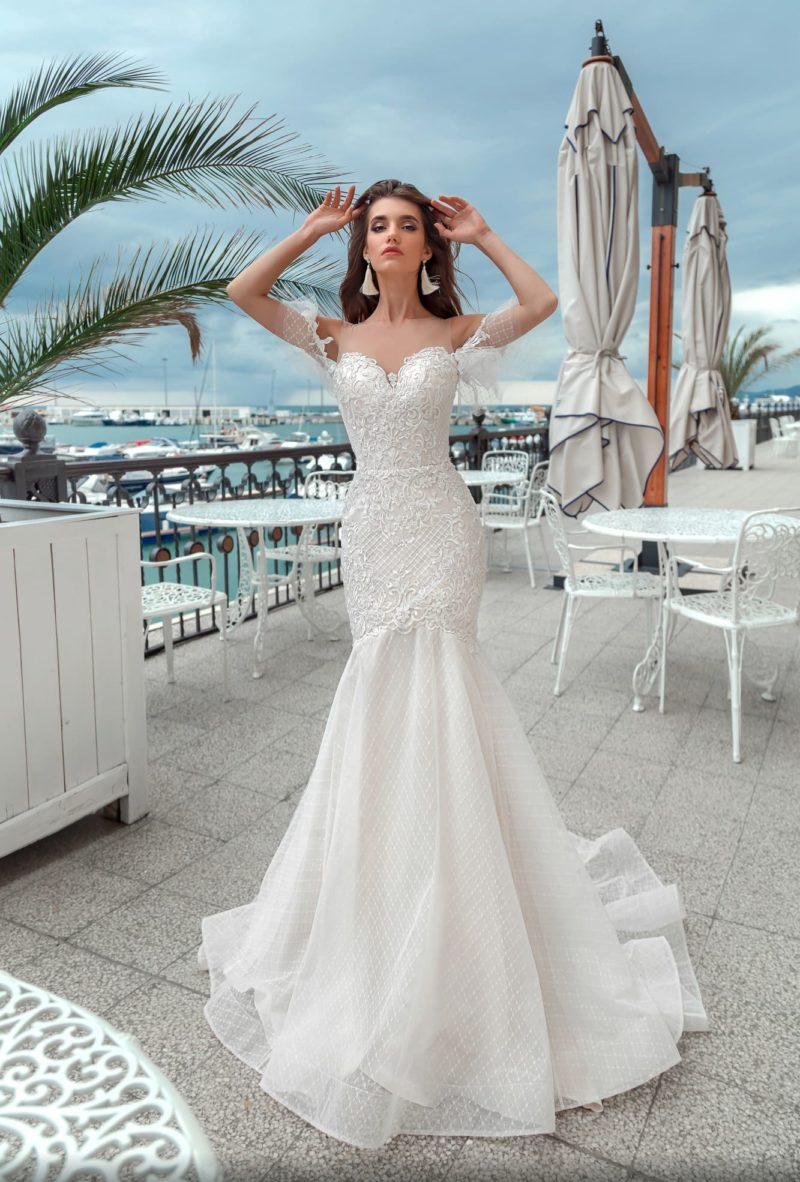 Свадебное платье «русалка» с открытым лифом и оригинальными рукавами.