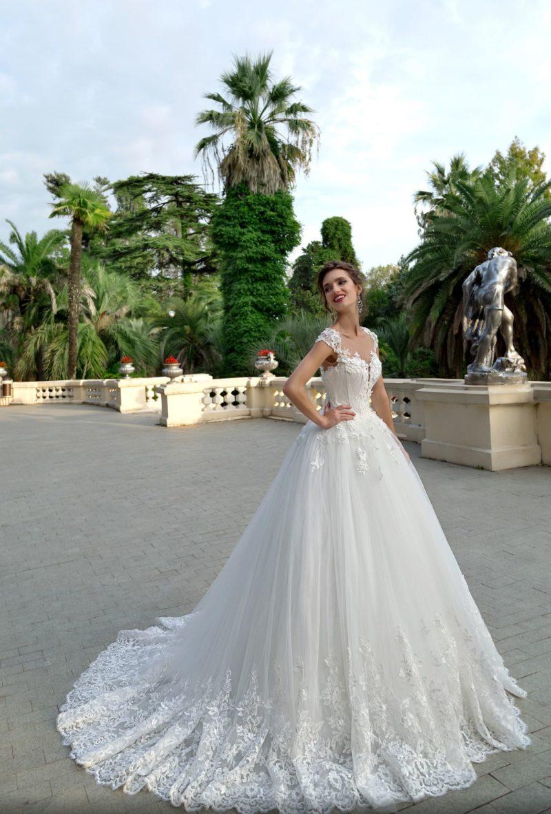 Пышное свадебное платье с женственным лифом с широкими бретелями.