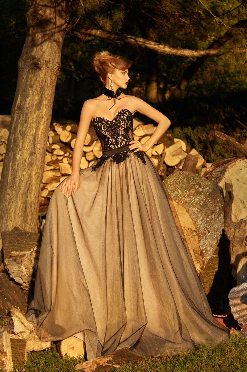 Открытое вечернее платье с многослойной юбкой и отделкой черным кружевом.