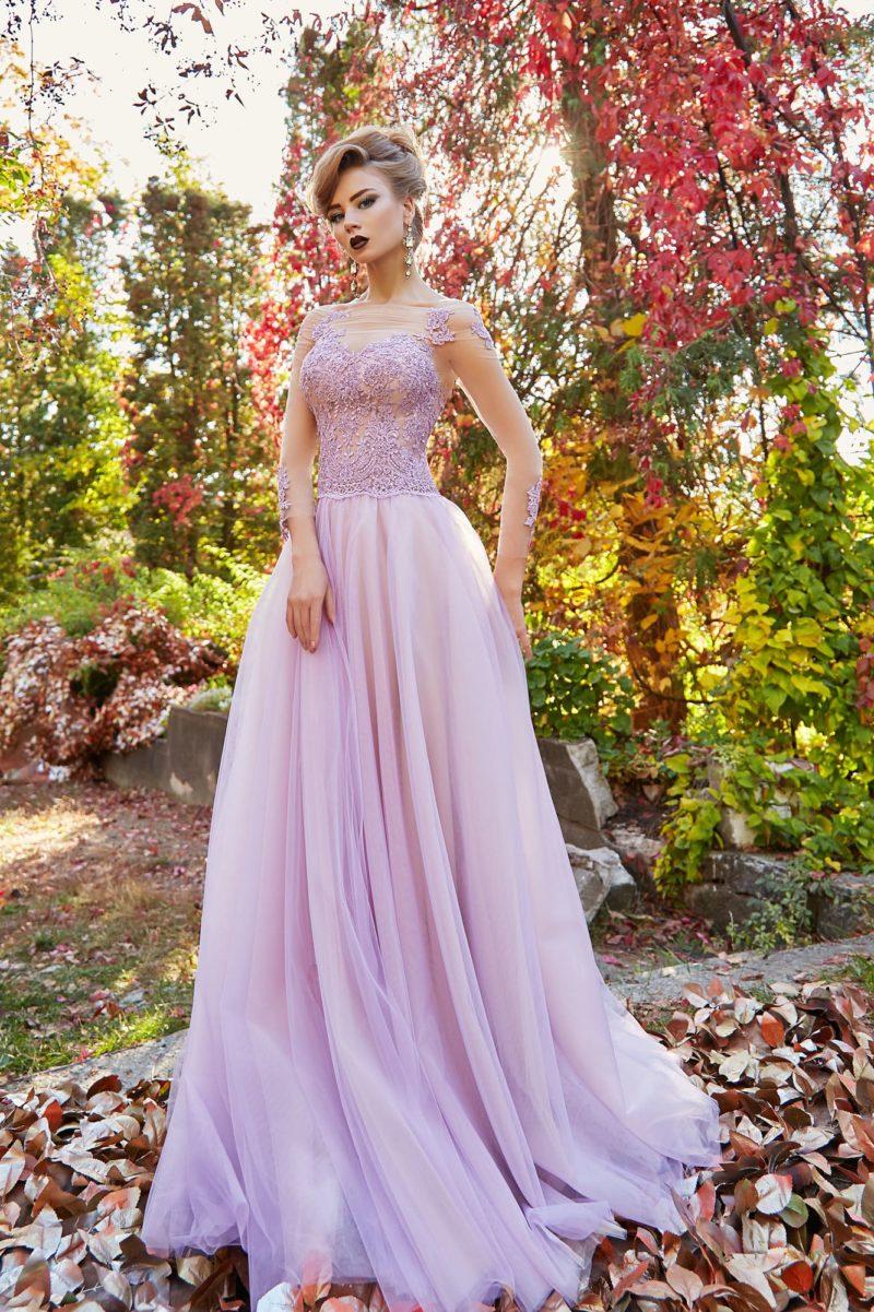 Розовое вечернее платье прямого кроя с прозрачными рукавами и кружевным декором.