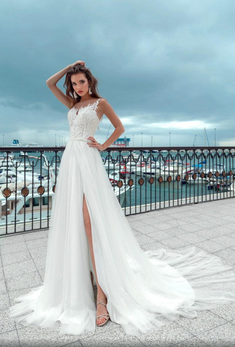 Соблазнительное свадебное платье с кружевным корсетом и разрезами на юбке.