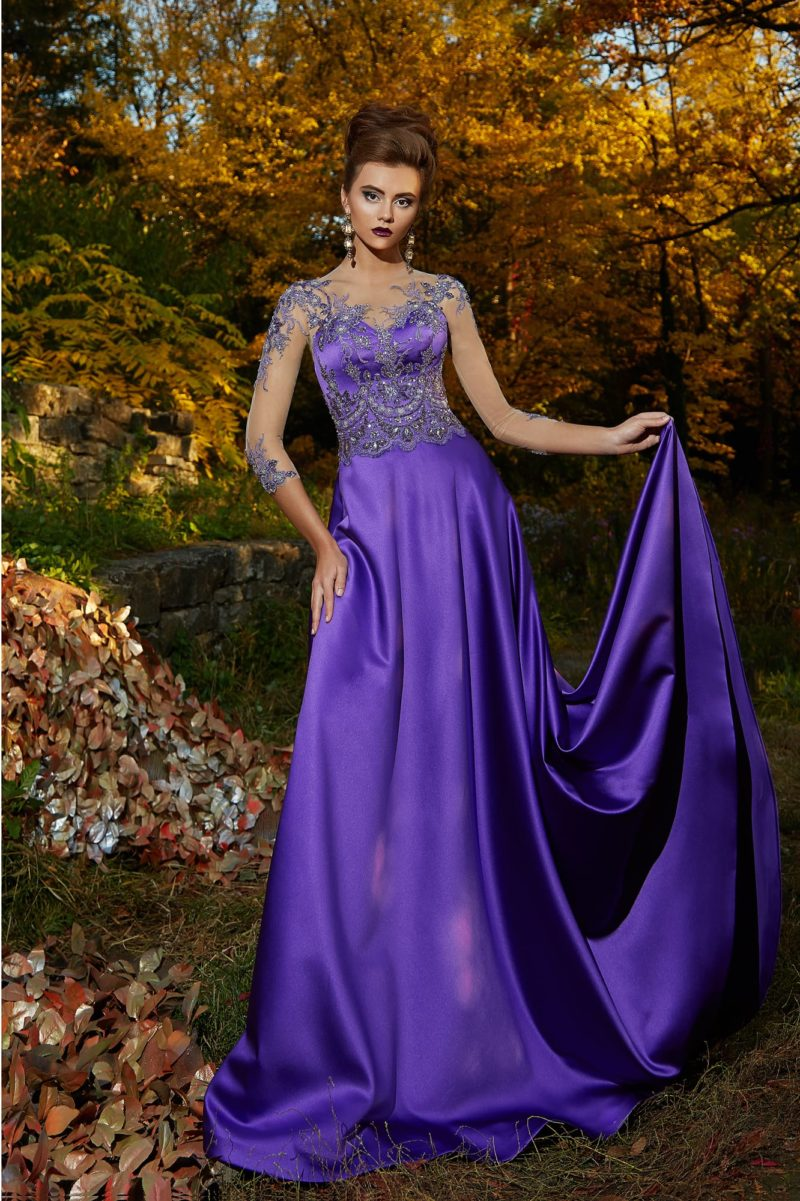 Фиолетовое вечернее платье с сияющей вышивкой по лифу и атласной юбкой.