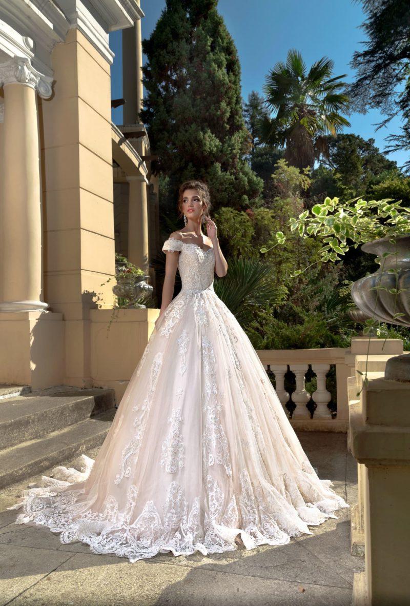 Пудровое свадебное платье пышного кроя с приспущенными с плеч бретелями.