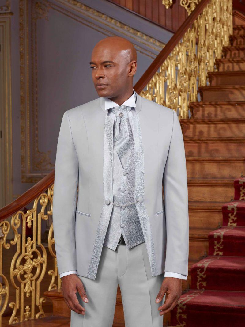 ▶▶Светло-серый мужской костюм-тройка с пиджаком на цепочке. ☎ +7 495 724 26 05 ▶▶ Свадебный центр Вега Ⓜ Петровско-Разумовская