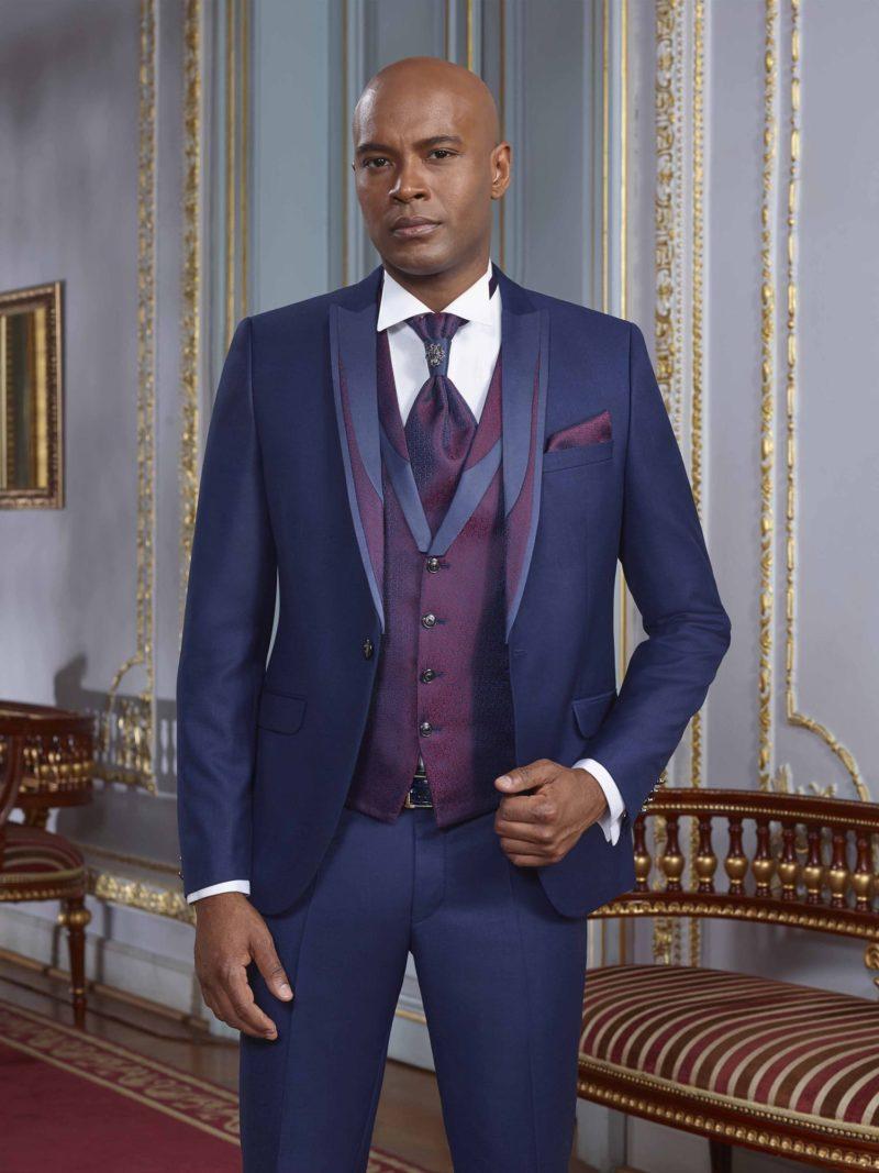 ▶▶Темно-синий мужской костюм-тройка с элегантным нагрудным платком. ☎ +7 495 724 26 05 ▶▶ Свадебный центр Вега Ⓜ Петровско-Разумовская