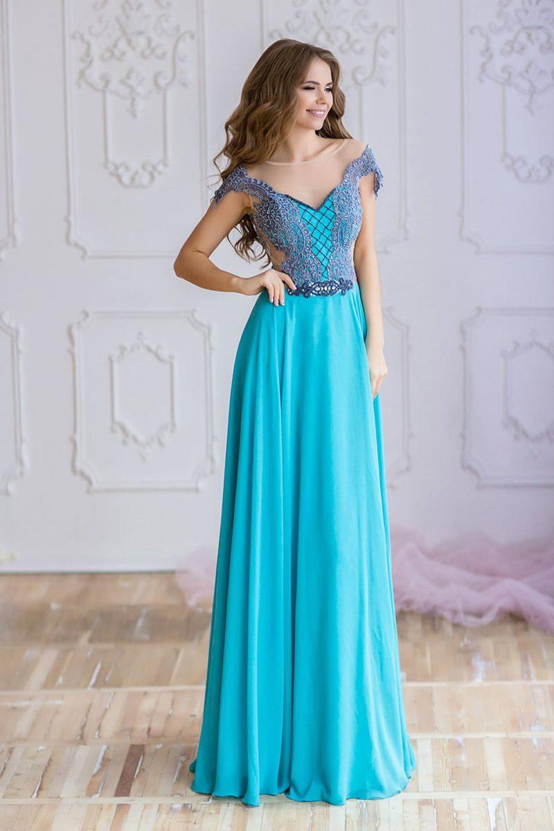 Голубое вечернее платье прямого кроя с полупрозрачными вставками на корсете.