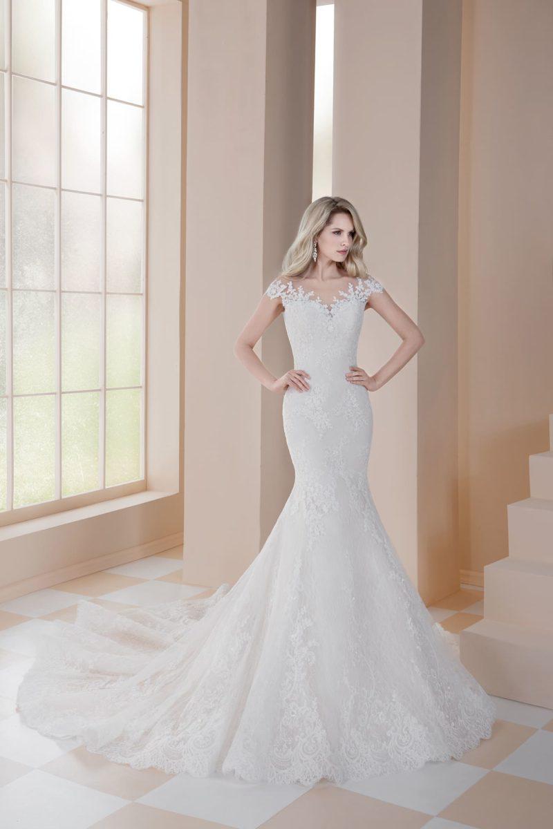 Свадебное платье «русалка» с деликатным кружевным декором и коротким рукавом.