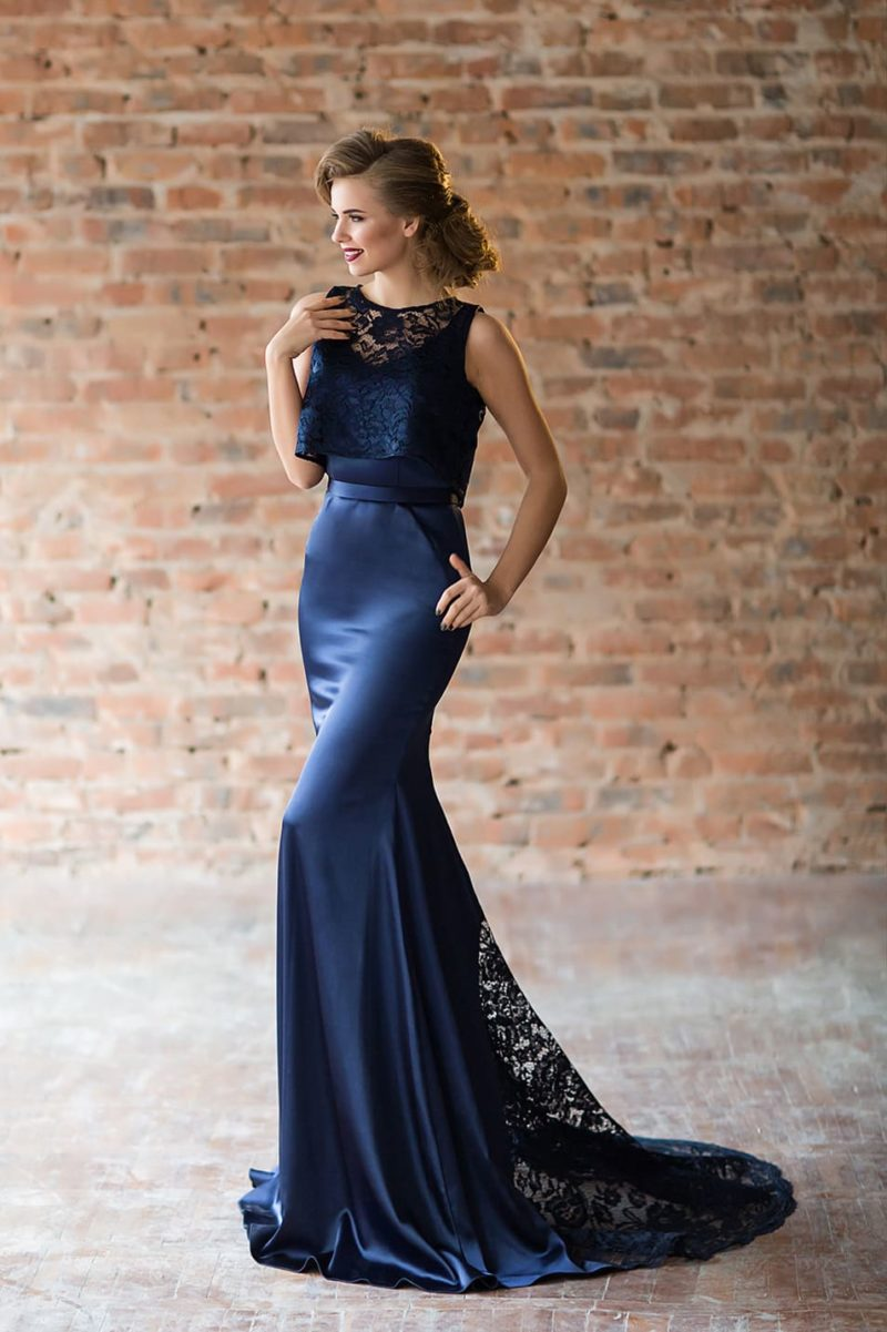 Синее вечернее платье «русалка» со съемной кружевной накидкой.